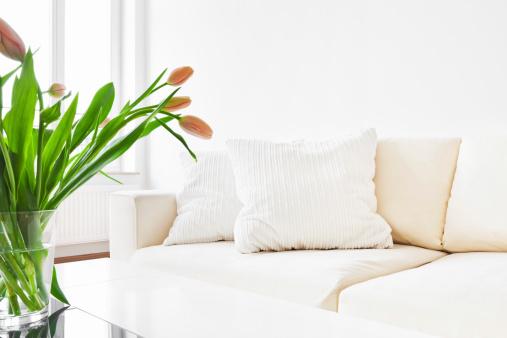 花「白いソファー、チューリップには、モダンなリビングルーム」:スマホ壁紙(5)
