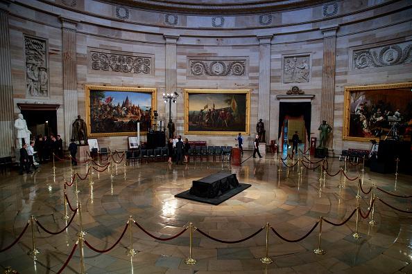 Rotunda「Sen. John McCain (R-AZ) Lies In State In The Rotunda Of U.S. Capitol」:写真・画像(4)[壁紙.com]