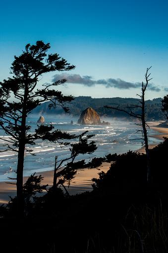Cannon Beach「Coastline at Cannon Beach with Haystack Rock」:スマホ壁紙(5)