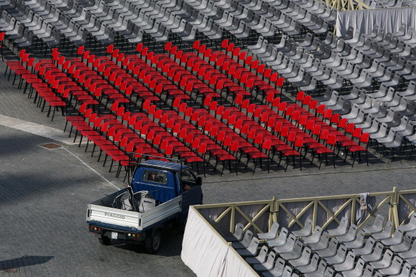 Piaggio Ape「Final Preparations Are Made For The Canonisation Of Pope John Paul II And Pope John XXIII」:写真・画像(1)[壁紙.com]