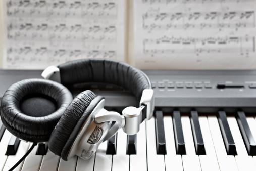 Headphones「headphones on electronic piano keyboard」:スマホ壁紙(18)