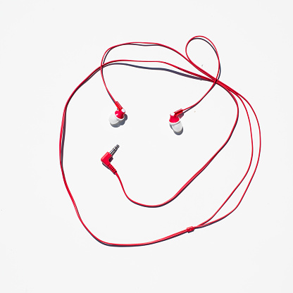 ヘッドホン「headphones photographed against a white background.」:スマホ壁紙(9)