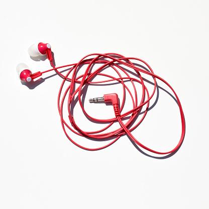 ヘッドホン「headphones photographed against a white background.」:スマホ壁紙(7)