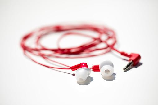 ヘッドホン「headphones photographed against a white background.」:スマホ壁紙(6)
