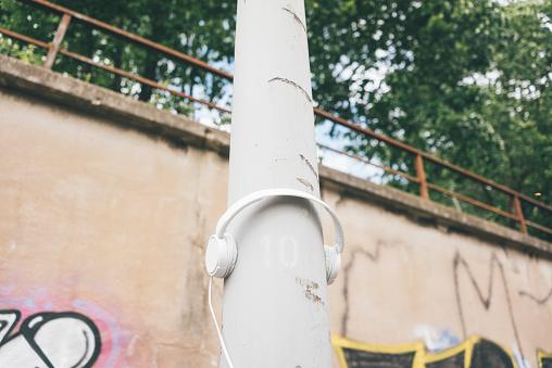 Graffiti「Headphones at lamp post」:スマホ壁紙(9)