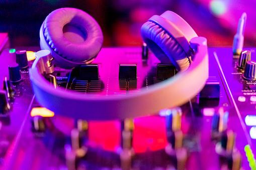 Nightclub「Headphones on illuminated mixing board」:スマホ壁紙(14)