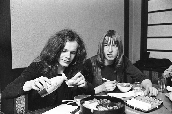 Sake「Paul Kossoff Is Interviewed Drinking Sake At A Japanese Restaurant」:写真・画像(5)[壁紙.com]