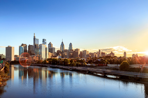 Pennsylvania「Downtown Philadelphia Skyline with Schuylkill River and Boardwalk in Autumn」:スマホ壁紙(13)