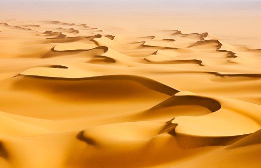 Arid Climate「Sand dunes in the Sahara desert at sunrise, Egypt」:スマホ壁紙(6)
