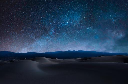星空「砂丘と山」:スマホ壁紙(16)
