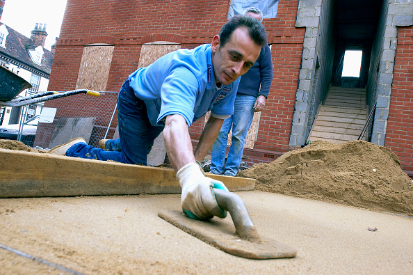 Home Improvement「Laying sand for the foundation of a driveway, England, UK」:写真・画像(5)[壁紙.com]