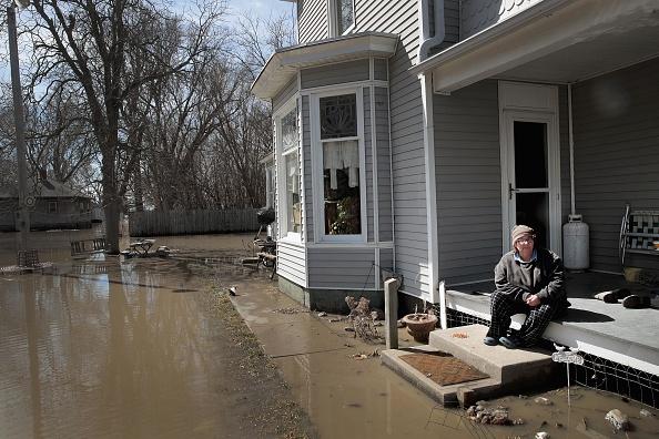 座る「Flooding Continues To Cause Devastation Across Midwest」:写真・画像(6)[壁紙.com]