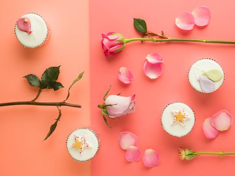 カップケーキ「Cut up pink roses lying on a split tone background with party cupcakes」:スマホ壁紙(19)