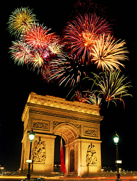 Fireworks over the Arc de Triomphe:スマホ壁紙(壁紙.com)