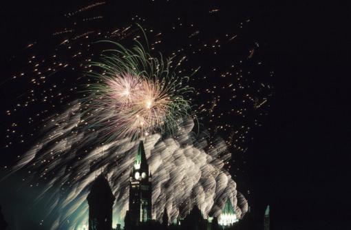 Canada Day「Fireworks over parliament on Canada Day in Ottawa, Ontario」:スマホ壁紙(9)