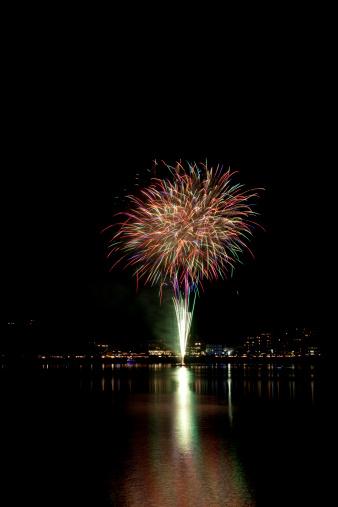 花火「Fireworks Over City」:スマホ壁紙(4)