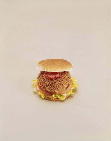 1967「Meat burger on beige background, close-up」:スマホ壁紙(11)