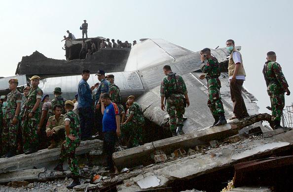 Ed Wray「Transport Plane Crashes In Indonesia」:写真・画像(14)[壁紙.com]