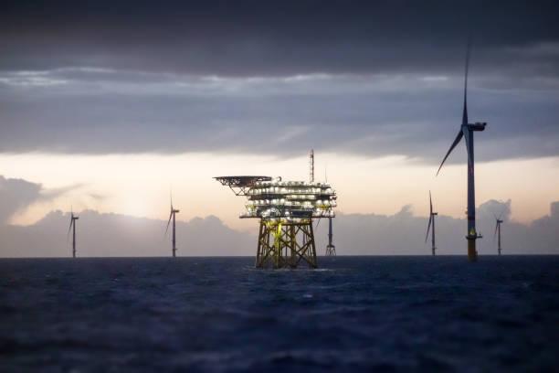 Offshore platform - substation and wind farm in sunset:スマホ壁紙(壁紙.com)