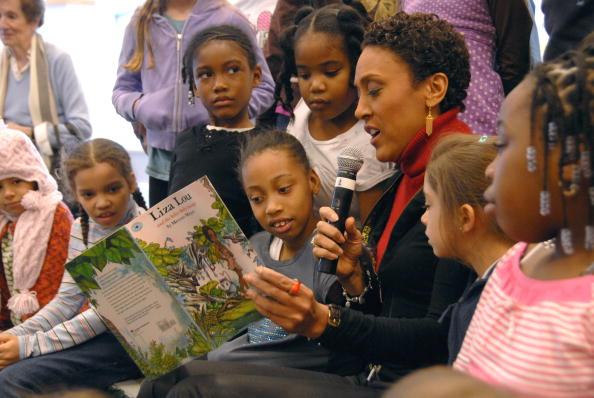 Black History Month「Robin Roberts Reads To Children For Black History Month」:写真・画像(19)[壁紙.com]