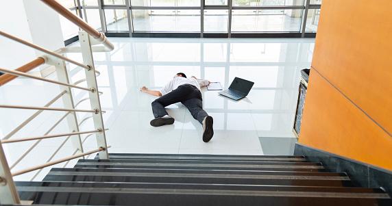 雪「Man slips falling on wet floor in a modern office building.」:スマホ壁紙(18)