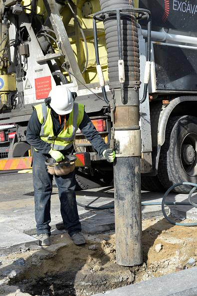 Sucking「Suction excavator operating on Farringdon Road. London  UK.」:写真・画像(11)[壁紙.com]