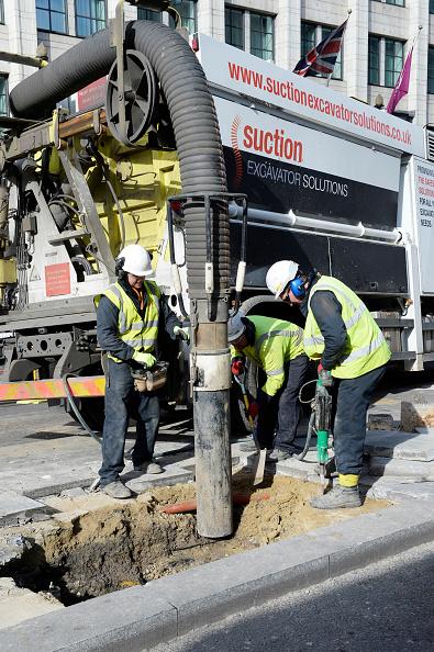 Sucking「Suction excavator operating on Farringdon Road. London  UK.」:写真・画像(16)[壁紙.com]