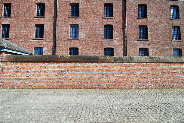 Red brick wall with sidewalk at the Albert Dock, Liverpool:スマホ壁紙(壁紙.com)