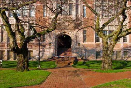 秋「赤れんがの通路の前で、大学教育の建物」:スマホ壁紙(8)