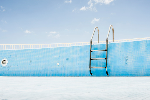 Swimming Pool「Pool ladder in empty pool」:スマホ壁紙(0)