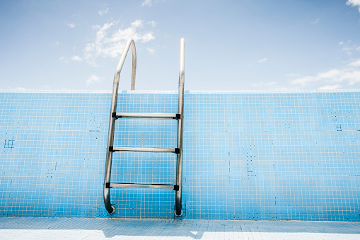 Swimming Pool「Pool ladder in empty pool」:スマホ壁紙(12)