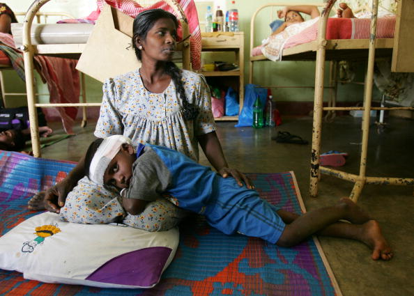 Care「Packed Sri Lanken Hospital Attends To Tsunami Victims」:写真・画像(17)[壁紙.com]