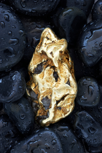 Surrounding「Gold nugget surrounded by stones, wet, close-up」:スマホ壁紙(0)