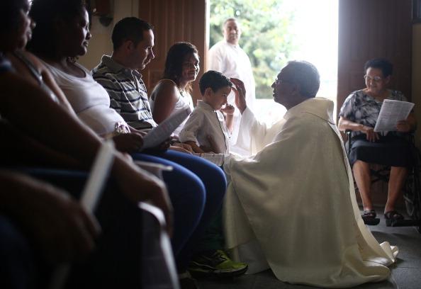Religious Mass「Easter Celebrated In Brazil Shanty Town」:写真・画像(15)[壁紙.com]