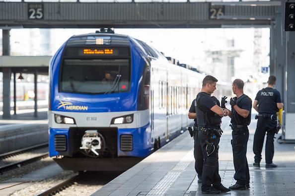 鉄道・列車「Hundreds Of Migrants Arrive At Munich Railway Station」:写真・画像(8)[壁紙.com]
