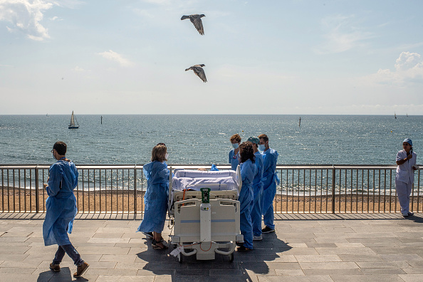 Beach「Barcelona Hospital Takes Recovering Coronavirus Patients To The Seaside」:写真・画像(7)[壁紙.com]