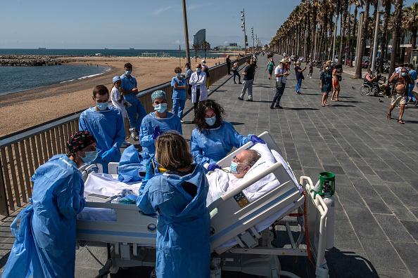Bestpix「Barcelona Hospital Takes Recovering Coronavirus Patients To The Seaside」:写真・画像(9)[壁紙.com]