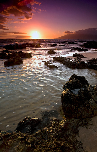 Kihei「Glowing sunlight at sunset over the ocean and lava rock along the coast」:スマホ壁紙(8)