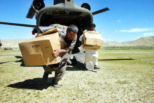 CH-47 Chinook「U.S. Soldiers Deliver Aide to Earthquake Stricken Area in Northern Afghanistan」:写真・画像(19)[壁紙.com]