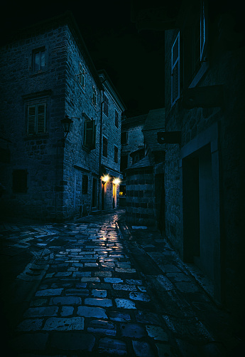 Horror「Light in a Dark Alley, Kotor, Montenegro」:スマホ壁紙(16)