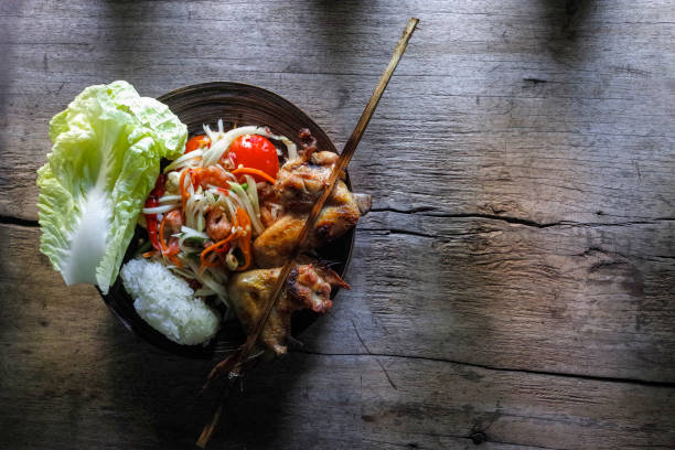 Som Tam Tai, a popular and favourite Thai food dish made of young sliced papaya, chili, tomatoes, palm sugar and dried shrimp, served with grilled chicken wings and sticky rice.:スマホ壁紙(壁紙.com)