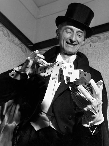 Magician「Card Trick」:写真・画像(0)[壁紙.com]