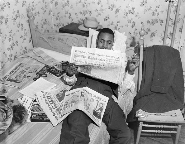 Bedroom「Reading Papers」:写真・画像(1)[壁紙.com]
