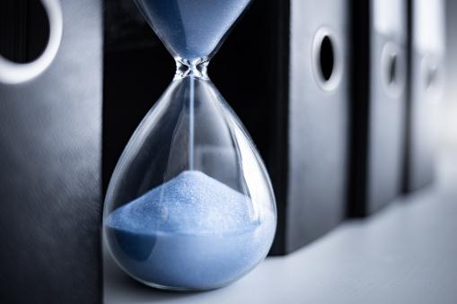 Emotional Stress「An hourglass runs between file folders」:スマホ壁紙(5)