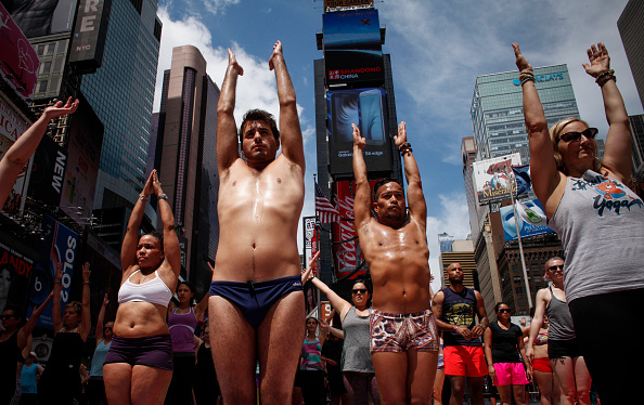 Yoga「Thousands Of Yogis Descend On Times Square On First International Day Of Yoga」:写真・画像(10)[壁紙.com]