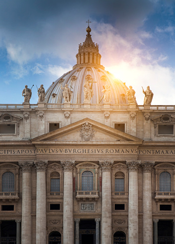 Cathedral「Sun behind columned building, Roma, Vaticano, Italy」:スマホ壁紙(15)