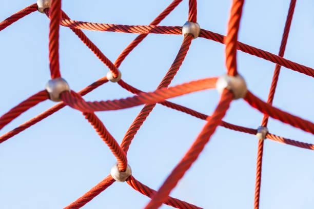 Red climbing net:スマホ壁紙(壁紙.com)