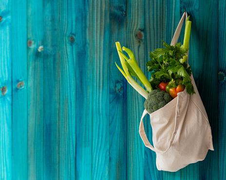 Onion「Many colorful contrast color market fresh vegetables in a reusable natural cotton bag hanging from an old weathered abstract color contrasting turquoise colored background wall.」:スマホ壁紙(5)