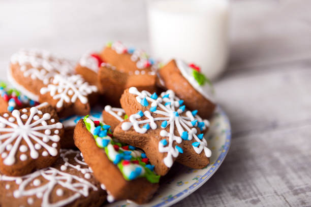 Milk and gingerbread cookies decorated with icing:スマホ壁紙(壁紙.com)