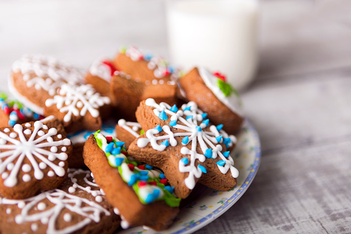 Breakfast「Milk and gingerbread cookies decorated with icing」:スマホ壁紙(10)